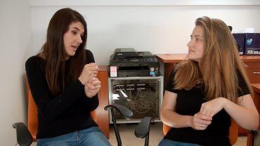Dlaczego słyszący uczą się języka migowego?